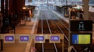 法國大罷工,公共交通最受衝擊。這是空空如也的巴黎里昂火車站