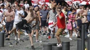 英格兰球迷向警方投掷物品2016年6月10日