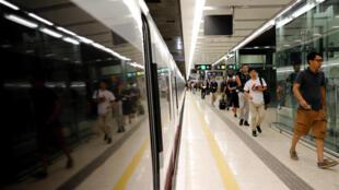 西九龙站乘坐开通高铁第一天的乘客