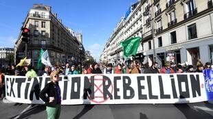 Os militantes do Extinction Rebellion bloquearam a rua de Rivoli, um das mais movimentadas de Paris.
