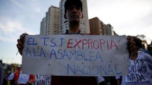 Manifestante critica decisão do Tribunal de Justiça venezuelano