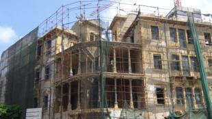 La Maison Barakat, construite dans les années 20, est devenue le siège des francs-tireurs. Elle est un point stratégique pour contrôler la ligne verte qui sépare Beyrouth en deux.
