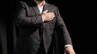 Inventé par Dieudonné, le salut de la «quenelle», un  bras tendu vers le bas et l'autre croisé à travers l'épaule, est interprété par certains comme un signe antisémite et revendiqué par d'autres comme un bras d'honneur anti-système.