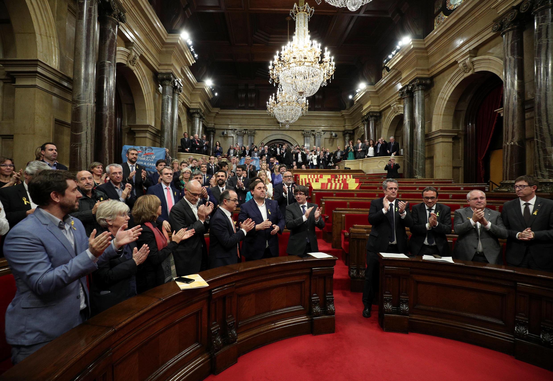 В новом созыве парламента сторонники независимости опять могут получить большинство. На фото — каталонские депутаты после провозглашения «независимости» региона. 27.10.2017