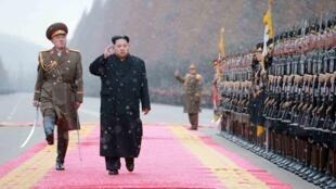 图为金正恩视察朝鲜军队