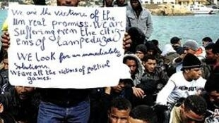 Imigrantes tunisianos detidos na ilha de Lampedusa , na Itália.