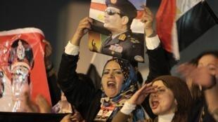 Apoiadores do general Sissi comemoram aprovação da nova Carta Magna no Egito.