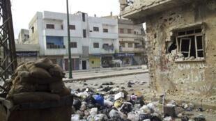 Imagen de una calle de Homs, ciudad siria asediada durante semanas por el ejército sirio.