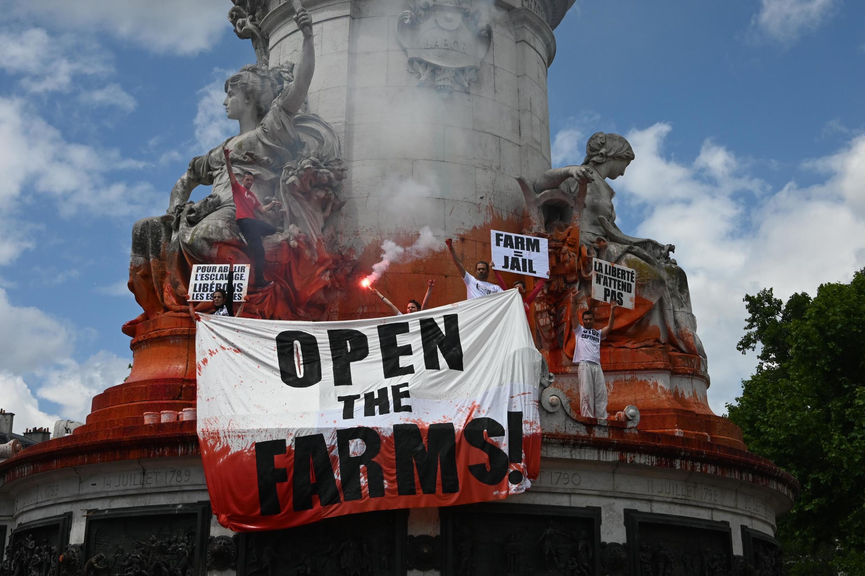 Estátua da Marianne na Place de la Republique é borrifada com sangue falso por ativistas, 08/06/2019