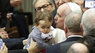 O papa Francisco abençôa bebê no Vaticano durante cerimônia em homenagem a Paulo 6°, nesta quinta-feira (10).