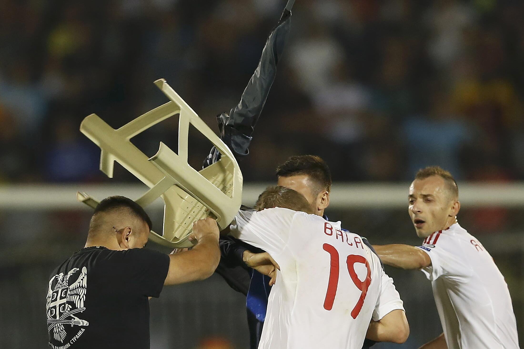 Partida foi interrompida no primeiro tempo, depois de confrontos entre torcedores e jogadores.