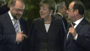 O presidente francês, François Hollande (direita), a chanceler Angela Merkel e o presidente do Parlamento Europeu, Martin Schulz (esquerda), discutiram ontem, em Estrasburgo, a situação da Grécia.