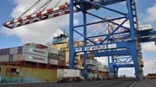 Grues et containers seront prêts à l'emploi sur les quais du port de Bamako, des la finalisation du chantier.