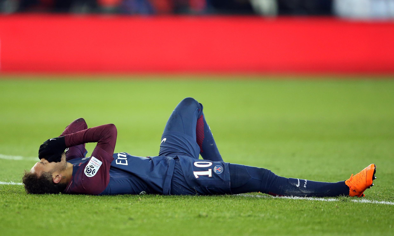 Neymar aguarda atendimento após torsão na partida entre PSG e Marselha.
