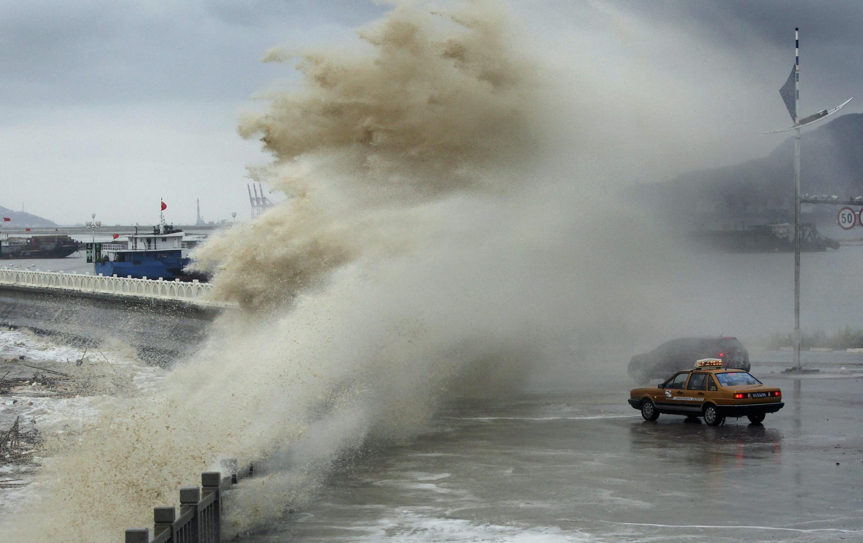 Onda gigante causada pelo tufão Usagi atinge veículo parado na costa de Lianyungang, leste da China, na terça-feira, 24 de setembro.