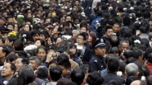 11月21日,成千上万的上海人来的胶州公寓残楼前,悼念死于大火的乡亲。
