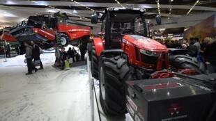 Une moissonneuse et un tracteur, au Salon international des machines agricoles, le 23 février 2015.