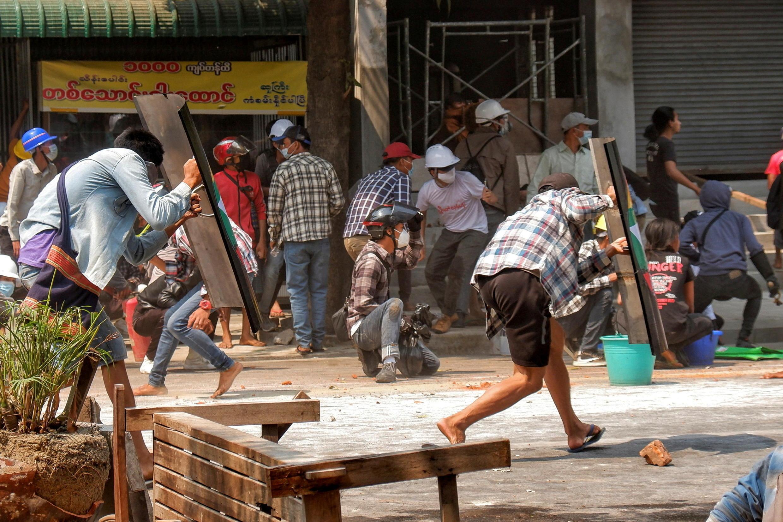 Insistiendo en la táctica de resistencia pacífica, ha decido armarse de cascos y escudos para evitar la confrontación física directa con la policía. Mandalay, 3 de marzo de 2021.