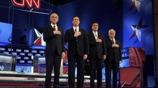 Ron Paul, Rick Santorum, Mitt Romney y Newt Gingrich cantan el himno nacional de Estados Unidos antes del debate entre precandidatos republicanos del 12 de febrero