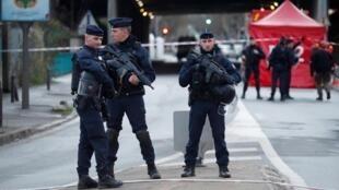 Полицейские на месте предыдущего нападения в парижском пригороде Вильжюиф