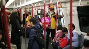 Đề phòng cúm gia cầm ở Hồng Kông. Trong tuần qua đã có 149 trường hợp cúm được phát hiện. Ảnh chụp ngày 21/01/2011