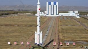 Ảnh một phi thuyền Thần Châu được phóng lên vũ trụ từ sa mạc Gobi
