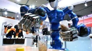 Justin, le robot allemand, en train de préparer un thé, au salon haute technologie d'Hanovre, en Allemagne.