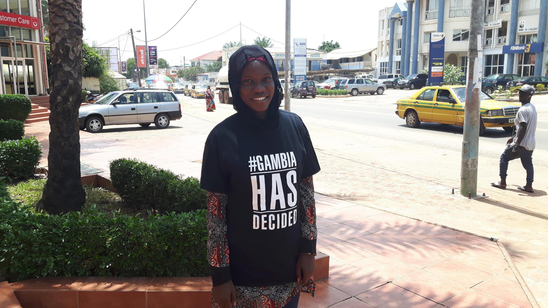 Fatou Diagne, une jeune étudiante gambienne, avec son sweat-shirt à capuche #GambiaHasDecided.