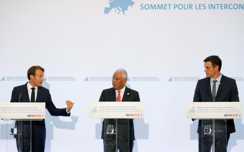 Tổng thống Pháp Macron (T), thủ tướng Bồ Đào Nha Costa (G) và thủ tướng Tây Ban Nha Sanchez (P) họp báo chung sau hội nghị về hợp tác Năng lượng tại Lisboa, Bồ Đào Nha, ngày 27/07/2018.