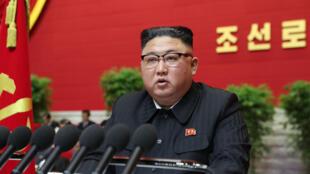 El líder norcoreano Kim Jong Un se dirige al congreso del partido en el poder el 5 de enero de 2020, en una foto distribuida el 6 de enero por la agencia oficial KCNA
