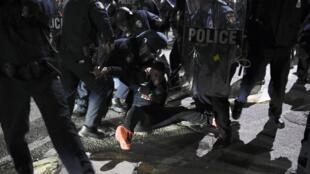 Homem é preso durante manifestação neste sábado (25) em memória ao jovem negro Freddie Gray, em Baltimore, nos Estados Unidos.
