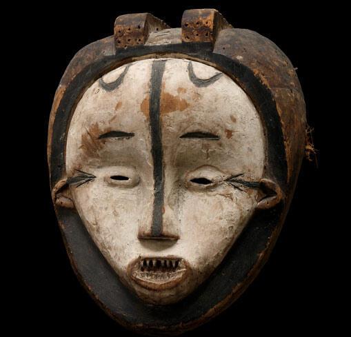 Masque facial Aduma fait de bois, pigments et plumes de touraco, haut de 71 cm (Haut-Ogooué, Gabon)