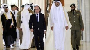 French President Francois Hollande walks with Qatar's Emir Sheikh Tamim bin Hamad Al-Thani in Doha, 4 May 2015.