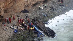 Rescatistas trabajan en el lugar donde cayó el autobús, el 2 de enero de 2018 al norte de Lima, Perú.