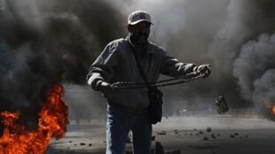 Un manifestant, soutien de l'ex-président bolivien Evo Morales, sur une route bloquée à El Alto, le 10 août 2020.