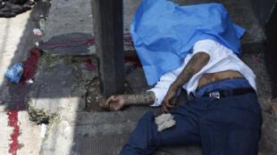 Un hombre asesinado en la calle, en el sector del mercado de El Guarda, en la Ciudad de Guatemala, el 8 de septiembre de 2011.