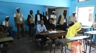 Une mission de 40 observateurs de l'Union africaine a suivi le bon déroulement du scrutin. Ici, dans un bureau de vote dans le quartier Mbouweni à Moroni, le 19 janvier 2020.