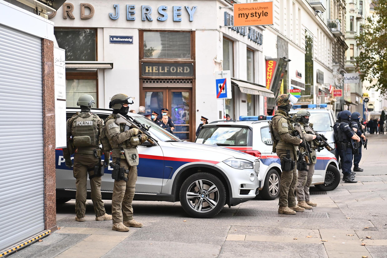 Polícia austríaca guarda a zona em que ocorreu o atentado, no centro de Viena.  Viena 03de Novembro de 2020