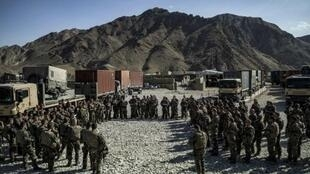 Un groupe de militaires français à la base de Nejrab, le 21 septembre 2012, avant le début du retrait des troupes françaises en Afghanistan.