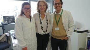 A pesquisadora franco-italiana Marina Cavazzana (no centro) e o pediatra brasileiro Luiz Guilherme Darrigo Junior