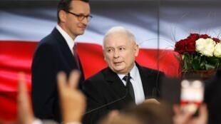 Os conservadores nacionalistas na Polônia venceram as eleições legislativas no país, obtendo cerca de 45% dos votos, de acordo com os resultados oficiais da apuração de mais de 80% das urnas.