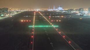Solar Impulse aterriza en el aeropuerto deAbu Dhabi