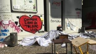 Em 20 de abril, mais de cem policiais desalojaram cerca de 40 estudantes que ocupavam a faculdade de Tolbiac, da Universidade Paris 1 Panthéon-Sorbonne.