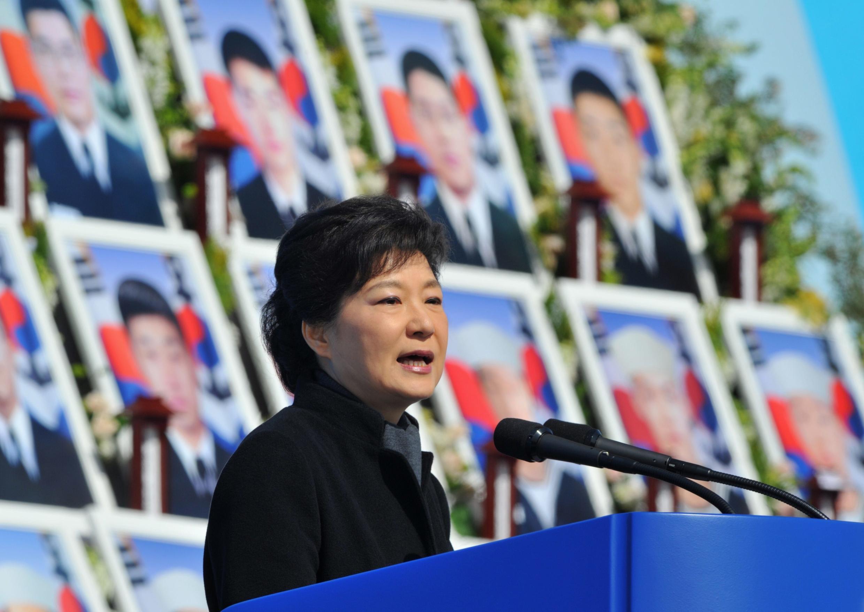 លោកស្រីប្រធានាធិបតីកូរ៉េខាងត្បូងPark Geun-hye នាឱកាសពិធីបុណ្យមួយនៅ Daejeon ដើម្បីជាកិត្តិយសដល់ទាហានជើងទឹកកូរ៉េខាងត្បូង៤៦នាក់ស្លាប់ថ្ងៃទី២៦មីនា២០១៣