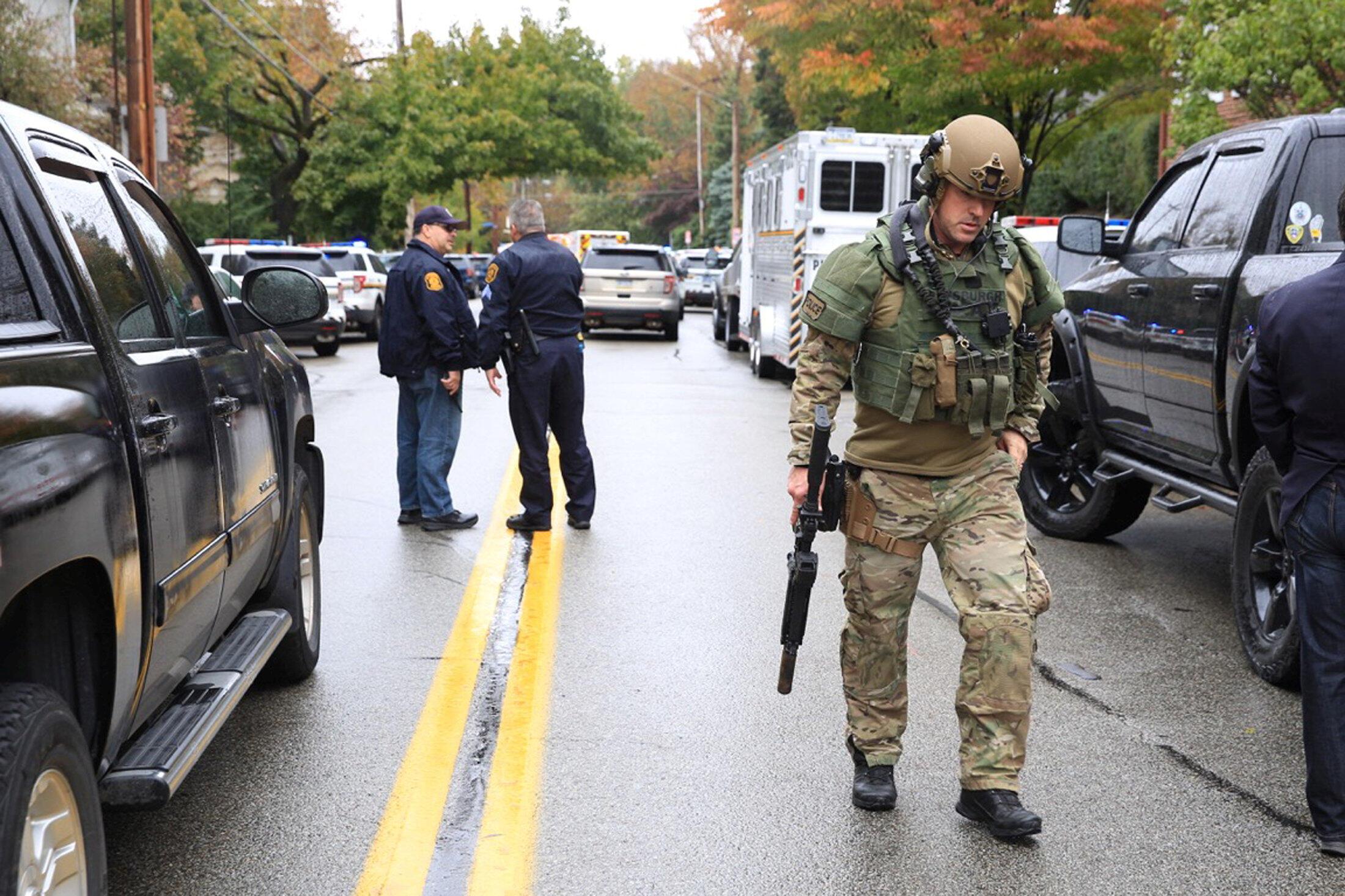 Место стрельбы оцеплено полицией и военными