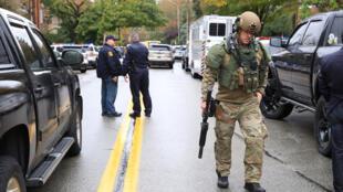 """نیروهای امنیتی پس از کشتار در نزدیکی کنیسه """"درخت زندگی"""" کنترل منطقه را بدست گرفتند-شنبه ۲۷ اکتبر."""