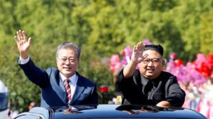Tổng thống Hàn Quốc Moon Jae In (T) và lãnh đạo Bắc Triều Tiên Kim Jong Un (P) tại Bình Nhưỡng, ngày 18/09/2018.