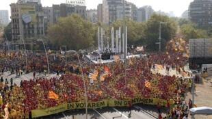 La foule forme un V pour Vote en rouge et jaune, les couleurs du drapeau catalan, lors d'une manifestation pour célébrer la journée de la Catalogne, la Diada dans le centre-ville de Barcelone, le 11 septembre 2014.