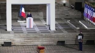 Le président Emmanuel Macron face au cercueil de Samuel Paty, lors de la cérémonie d'hommage à ce professeur de Conflans-Sainte-Honorine, le 21 octobre 2020 à Paris.