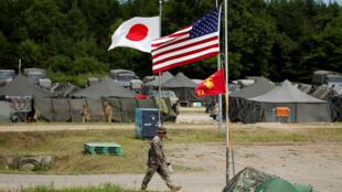 Tropas japonesas e americanas fazem exercícios conjuntos em Eniwa, na ilha japonesa de Hokkaido, no último dia 15 de agosto.